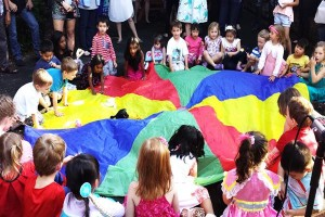 Young-kids-party-idea-parachute-game